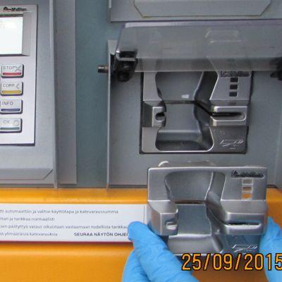 Poliisin kuva korttiautomaattiin asennetusta skimmauslaitteesta.