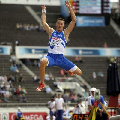 Tommi Evilä hyppää.