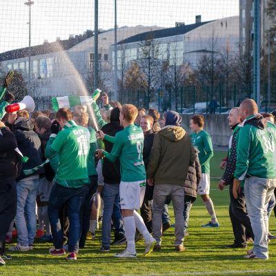 Fans och spelare jublar över EIF:s avancemang till division 1 i fotboll.
