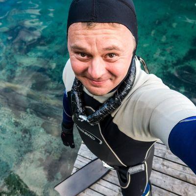 Jarno Artika ottaa itsesästään selfien Valkiajärven rannalla.