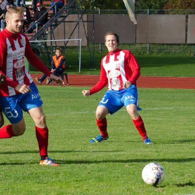 Nicklas Laine bredsidar in bollen bakom KäPa målvakten medan tvåmålsskytten Casper Källberg ser leende på.....