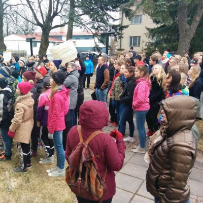 Lakossa olevat koululaiset kokoontuivat Lapuan kaupungintalolle.