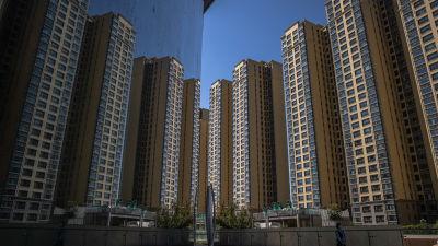 Delar av fastighetsföretaget Evergrandes massiva byggprojekt i Peking, Evergrande City, som reflekteras i en skyskrapas glasfasad.