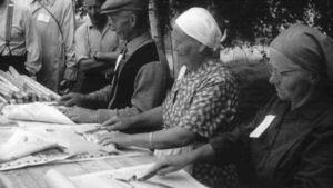 Kalanperkuukilpailun osanottajia maatalousjuhlissa Iissä