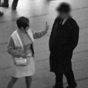 Nainen (toimittaja Ritva Latola) torjuu miehen lähentely-yrityksen Helsingin rautatieasemalla