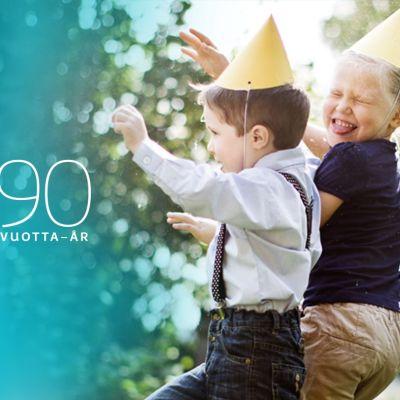Yle90 -v. logo ja kaksi leikkivää lasta.