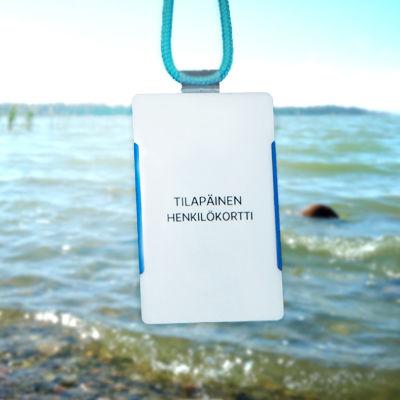 En strand, i förgrunden ett personalkort som tillhör en visstidsanställd.