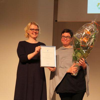 Kaisa Alanne ja palkinnon saaja Katja Merentie.