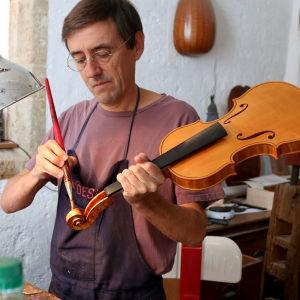 Viulunrakentaja Frédèric Chaudière pajallaan.