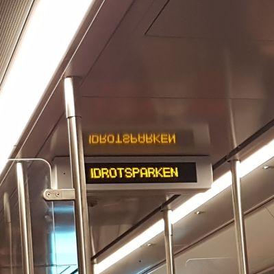Text på digital skylt i metron.