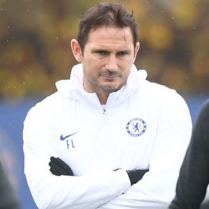 Frank Lampard håller koll på Chelseas träningar.