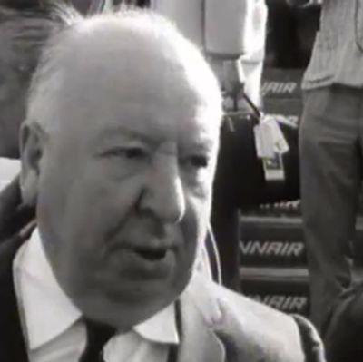 Helsingin lentoasemalla tehdyssä haastattelussa brittiohjaaja Alfred Hitchcock kertoo, miten hänestä tuli jännityselokuvien tekijä: äiti pelotteli häntä lapsena.