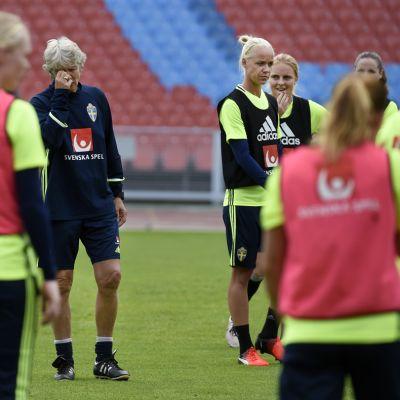 Pia Sundhage jatkaa Ruotsin naisten jalkapallomaajoukkueen päävalmentajana.