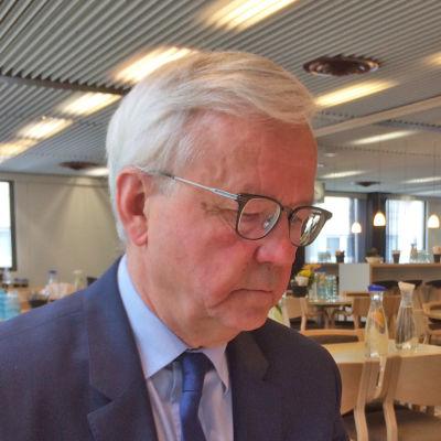 Olli Mäenpää sitter och läser