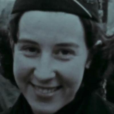 Hymyilevä partiotyttö (1961).