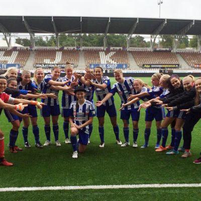 HJK:s damer hyllar tremålsskytten Vilma Hakala.