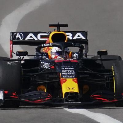 Max Verstappen i närkamp med Lewis Hamilton.