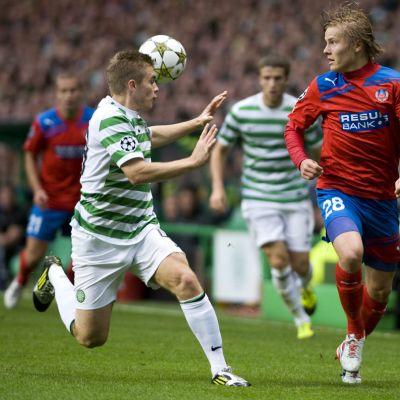 Helsingborgs IF:n Jere Uronen (oik.) tavoittelee palloa Celticin James Forrestin (vas.) kanssa.