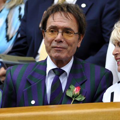 Cliff Richard seuraa Winbledonin tennisturnausta vuonna 2011.