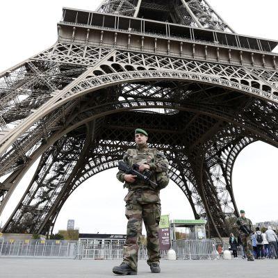 Sotilas partioi Eiffel-tornin edessä marraskuussa 2015