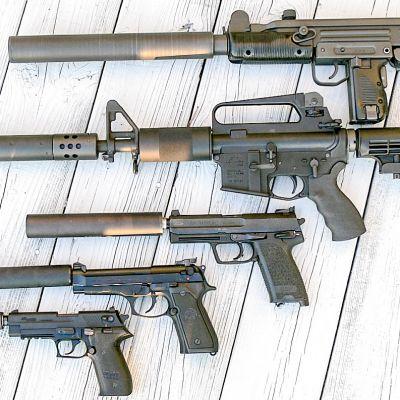 äänenvaimentimilla varustettuja aseita