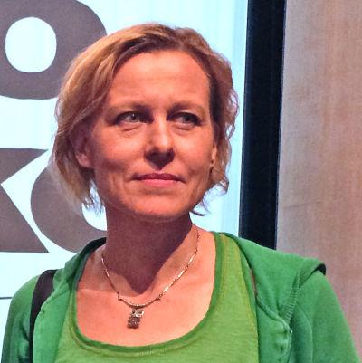 Runoilija Anja Erämaja Tanssiva karhu -runokilpailun juuri voitettuaan