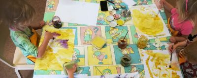 Barn målar med naturliga färger på Jacob's Kindergarten i Jakobstad.