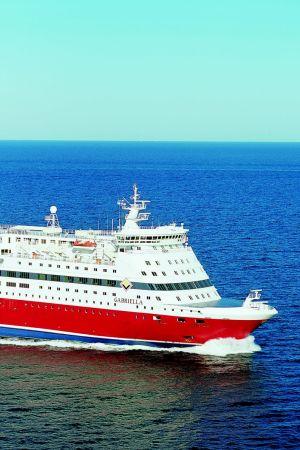 VIking Lines passagerarfartyg m/s Gabriella, en rödvit stor färja på ett blått hav. Soligt väder.