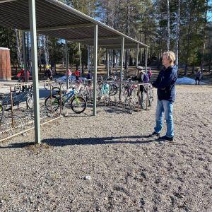 Opettaja Heikki Lonkila on ottamassa vastaan oppilaita Soidinsuon koulun pihalla.