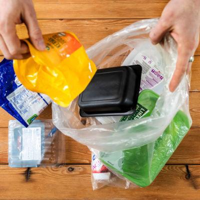 Förpackningsplast från matprodukter.