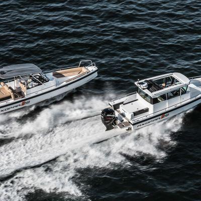 Kuvassa sama vene kahtena eri versiona eli 28-jalkainen avoimempi TT- sekä katettu AC-malli.