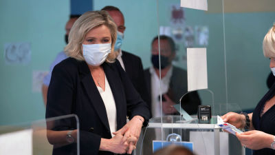 Ytterhögerns partiledare Marine Le Pen röstar under lokalvalet.