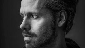 Koreografen Alexander Ekman på en svartvit bild.