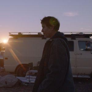 Nomaden Fran utanför sin paketbil.