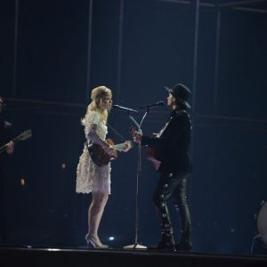 Nederländernas The common linnets sjunger på Eurovisionsscenen.
