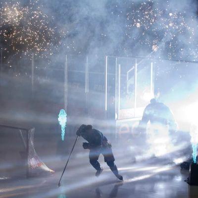 Spelare kommer in på isen
