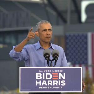 Barack Obama puhujanpöntössä.