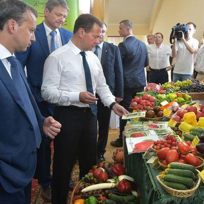 Ministereitä ja maataloustuotteita.