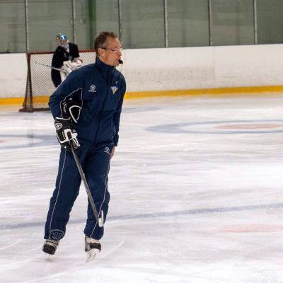 Naisten jääkiekkomaajoukkueen päävalmentaja Pasi Mustonen luistelee jäällä.
