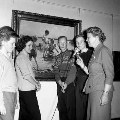 Taidehistorioitsija Aune Lindström koululaisryhmän kanssa Ateneumin taidemuseossa vuonna 1957.