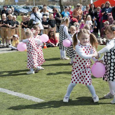 Pikkutyttöjen tanssiesitys.