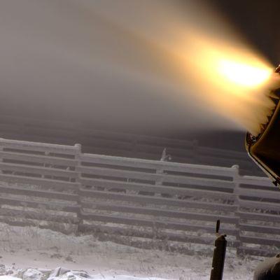 Lumitykki tekee uutta lunta Levin laskettelukeskuksessa Kittilässä