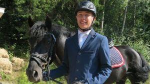 nuori ratsastaja ja poni