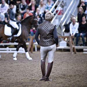 Kyra Kyrklund valmentaa ratsukkoa