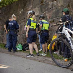 Cyklande poliser har stannat vid Sandudds badstrand för att prata med en skolavslutningsfirare.