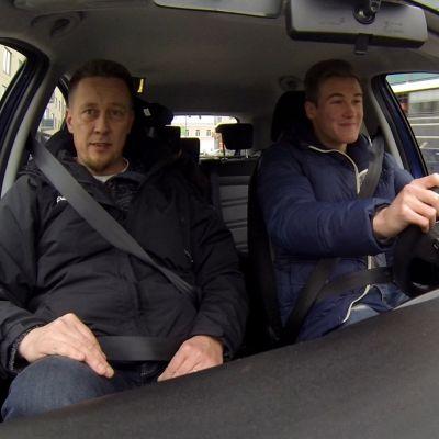 Mika Hirvonen opettaa poikaansa Santeria ajamaan.