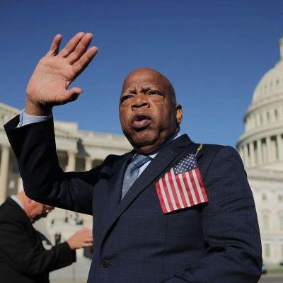 John Lewis vinkar till demonstranter i Washington D.C.
