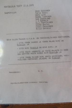 Protokoll fört vid möte 15.8 där Urho Kekkonen med sina kolleger beslutat att ön Grisslesklobben hädanefter ska heta Riskilä.