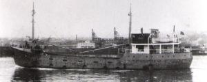 svartvit bild av rostigt mindre fartyg som heter Kari K