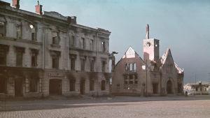 Till höger ser man saluhallen som brunnit och till vänster polisinrättningen. Fotot är taget i september 1941.